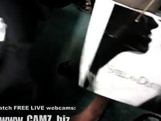 女性肌肉腿在公共汽車網絡攝像頭