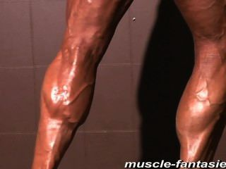 成熟肌肉怪物e顯示她堅硬的身體