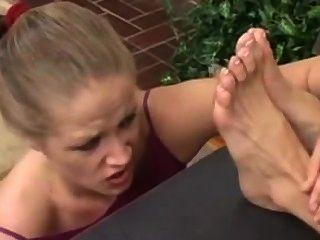 女孩崇拜她的老闆骯髒的腳