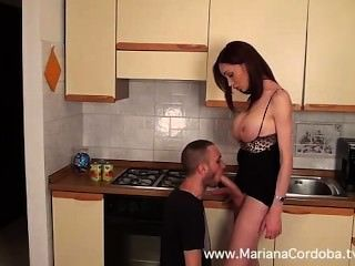 瑪麗亞娜科多巴熱在廚房裡