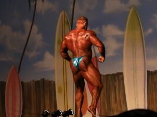 肌肉發達的eugeny藍色發光的裝置