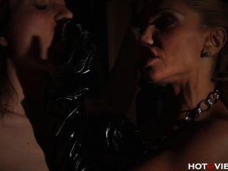 皮革媽媽打屁股和手指他媽的她的奴隸