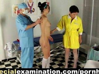 甜美的大學寶貝由討厭的婦科醫生檢查