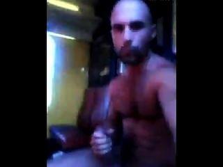 阿拉伯強壯男子毛茸茸的地下室在地鐵