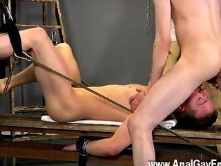 裸體男人亞倫使用一個牽線木偶自己,他拿起了一個