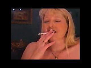 milf吸煙和抽煙和cums在sybian