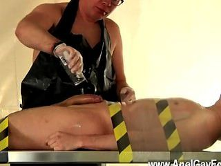 裸體男人主人凱恩排水和吸他,刮他的山藥大小的肉,