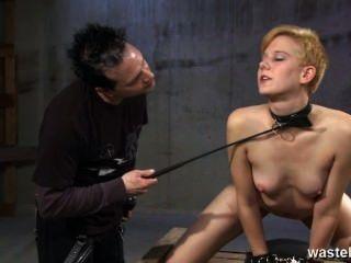 生薑性奴隸被鞭打和鞭打為他的快樂