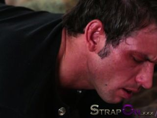 strapon他得到他的屁股上被rachel evans