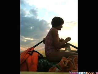 十幾歲在一條小船的他媽的在湖