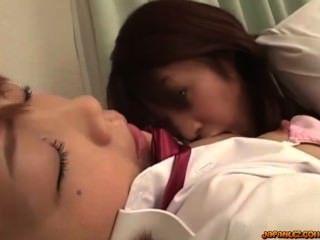 女學生接吻得到她的乳頭吮剃了陰部舔她的cl