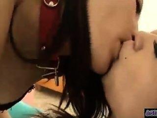 2使用與坐的手銬的亞裔女孩親吻的吮舌頭
