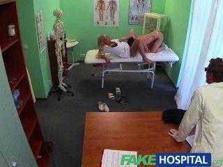 偽造的醫生和淘氣護士兩個樂趣病人的陰部