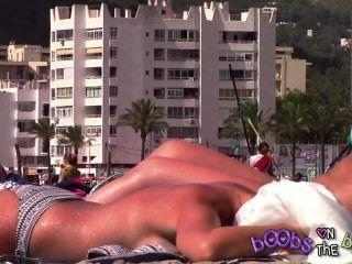 史詩tanlines和一個被刺穿的乳頭在假山雀在露胸部的海灘