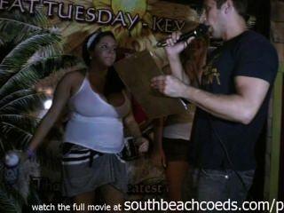 做在春天斷裂南海灘的熱的真正的女大學生濕T卹杉比賽