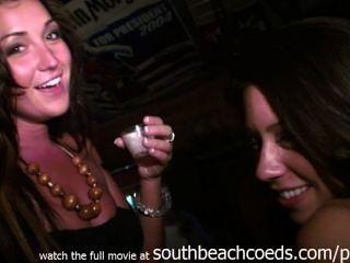 做在主要西部酒吧的真正的女孩赤裸身體射擊