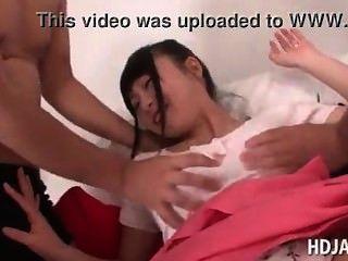 日本可愛的娃娃得到胸部和cunt戲弄日本adult.com/pornh