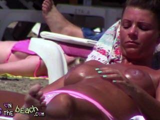 大假的胸部在日光浴浴床上搗碎和摩擦油在大規模的山雀