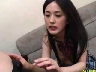 裙子的女小學生指向吸吮在坐的roo的長沙發的人69