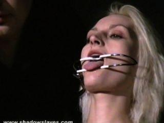 極端針酷刑和頑固bdsm的嚴重的金發女奴