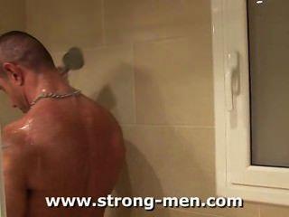 在淋浴的肌肉人