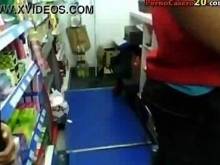 mamada completa de una teen morena en una tienda