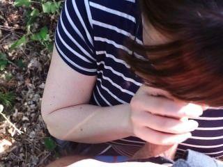 欺騙妻子吸我的公雞在樹林裡,讓我暨在她的嘴!