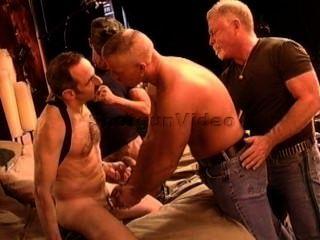 4肌肉成熟的dudes有cbt狂歡。