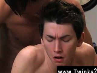 性感的同性戀twink正在患有疼痛背,所以他的伴侶提供
