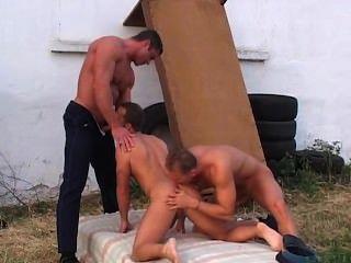 兩個性感的警察做一個傢伙