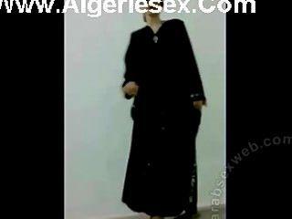 在性感的女用貼身內衣褲的伊拉克小條舞蹈