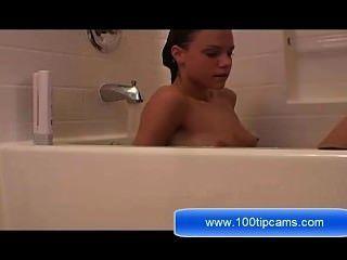 瑪麗亞顯示她的奶子在淋浴上100tipcams.com上