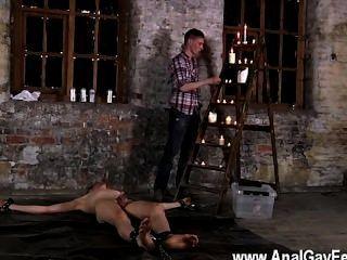 同性戀他媽的鏈接到倉庫地板,不能逃脫他,