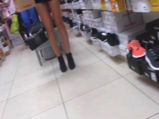 性感的女人試新鞋子