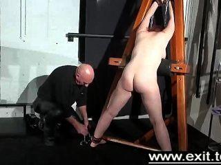 tina陷入和懲罰在地牢