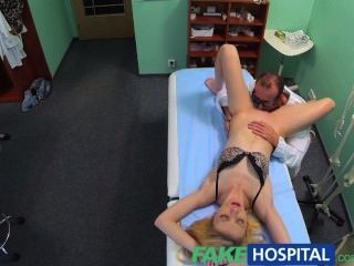 假醫院的醫生口腔按摩給皮膚金發她的第一個性高潮