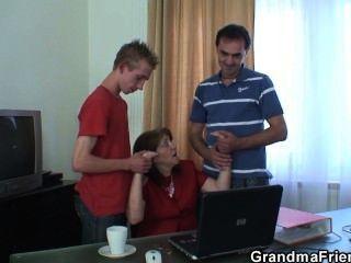 在辦公室的會議結束了3個他媽的