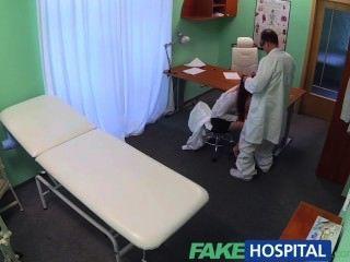 fakehospital性感的畢業生得到舔和他媽的在醫生的辦公桌上工作