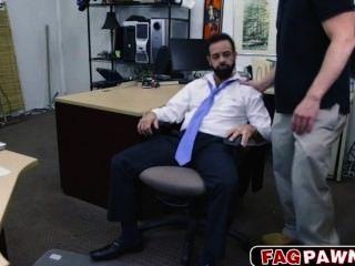 有鬍子的傢伙在他的屁股為某些現金