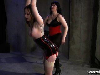 紋身的奴隸被她的主要女主人鞭打