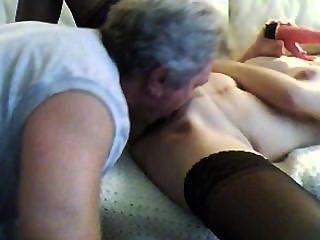一步爸爸回家早和舔我的陰部和肛門