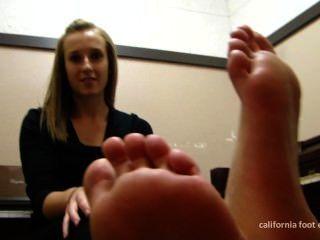 鋼琴室襪子和赤腳展示