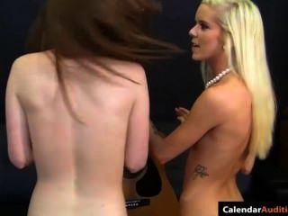 熱的金發碧眼的女人誘惑逗人喜愛青少年在試演