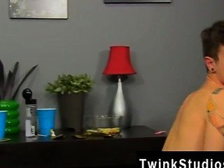 驚人的twinks凱爾苔蘚發動事情,當他dares timo加勒特