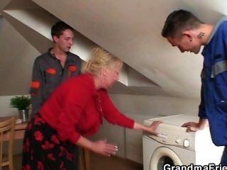 孤獨的奶奶傳播腿為兩個修理工