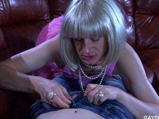 sissy在粉紅色的衣服他媽的在沙發上