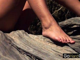 獨奏青少年的女孩在森林莫妮卡vesela