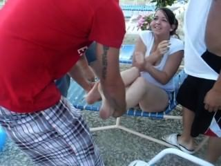 熱的女孩得到鞋子和襪子刪除和投擲在池