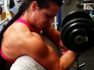 肌肉女孩在健身房訓練