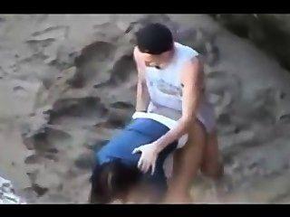 偷窺視頻的夫婦在海灘上有強烈的性